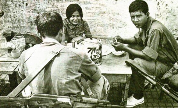 13-Soldados camboyanos del régimen de Lon Nol en una calle de Phnom Penh