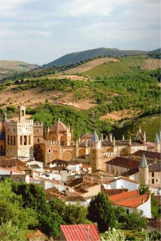 26-Vista del Real Monasterio de Sta Mª de Guadalupe en el paisaje de Las Villuercas-metirta.online