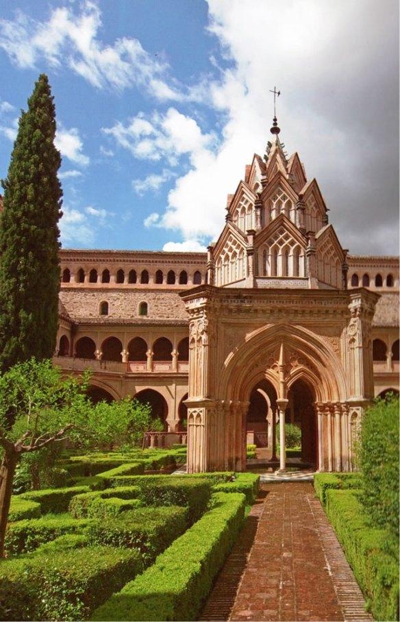 28-Claustro mudéjar del Monasterio de Guadalupe en cuyo centro se eleva un templete gótico-mudejar-metirta.online