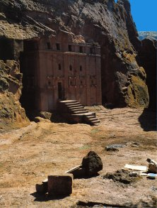 30-Exterior de la iglesia rupestre de Biet Abba Líbanos