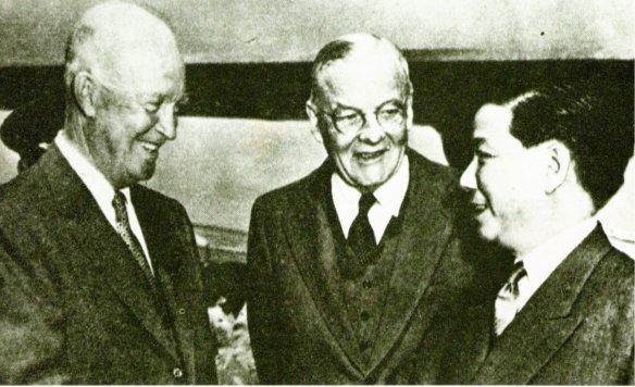 4-Ngo Dinh Diem saluda al presidente norteamericano Eisenhower en presencia de John F. Dulles