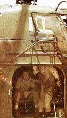 9-Robert MacNamara desciende de un helicóptero en Vietnam