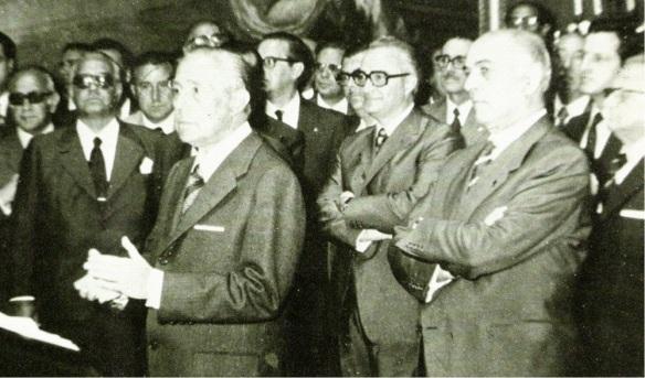 2-Arias Navarro pronuncia un discurso en presencia de los ministros de su gabinete-metirta.online