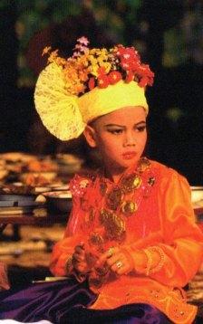 2-Ceremonia de iniciación donde los jóvenes monjes se visten en parte como Buda-metirta.online