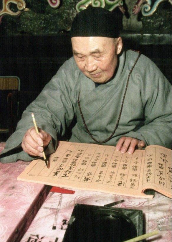 40-Monje Gelugpa haciendo caligrafía.metirta.online