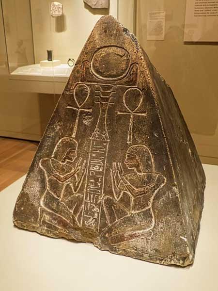 2-Piedra benben representación de la tierra primigenia - copia
