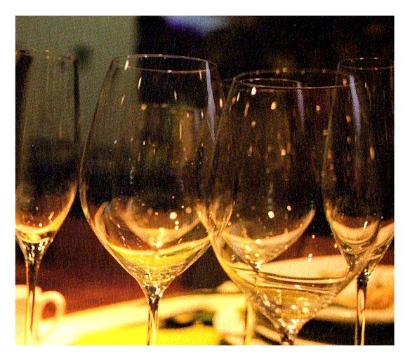 6-Cristaleria en una mesa.metira.online
